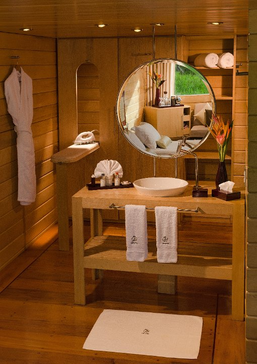 luxury-amazon-cruise-delfin-cruise-bathroom
